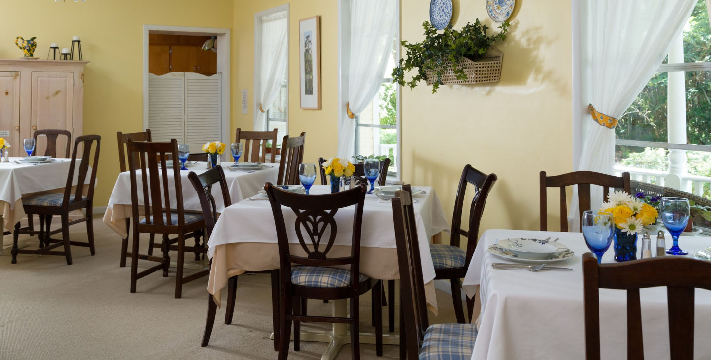 Common dining room at Magnolia Springs, bed and breakfast in Gulf Shores